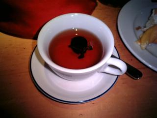 巨峰の紅茶.中に見えるのが巨峰とハーブ